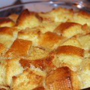 Budincă de pâine, rețeta delicioasă care salvează resturile de pâine uscată