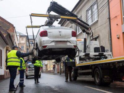 Anunț important pentru toți șoferii! Mașinile parcate pe trotuar sau pe spații verzi pot fi ridicate