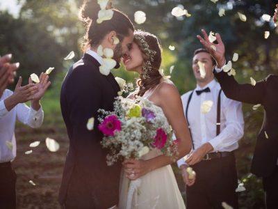 Felicitări, mesaje și urări pentru miri. Ce trebuie să le scrii dacă nu poți ajunge la nunta lor