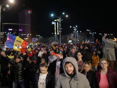 România împărțită în două Raed Arafat explică gravitatea valului 3, în timp ce românii strigă în stradă