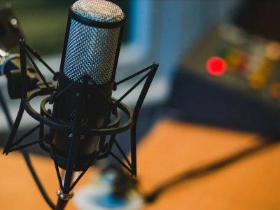 Ce este podcast-ul și care este istoria lui. Multe vedete din România și-au făcut