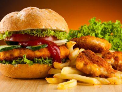 Cât de periculoasă este mâncarea de tip fast-food. Ce se ascunde în aceste alimente