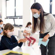 Ce se întâmplă cu profesorii care nu se vaccinează. Vaccinarea ar putea deveni obligatorie pentru orele fizice