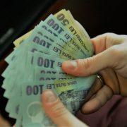 Bani de la Guvern pentru mai multe categorii de părinți. Ce s-ar putea întâmpla din 2022