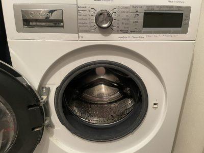 Mașina de spălat are numeroase funcții de care nu știi. Poți spăla rufe colorate fără pete