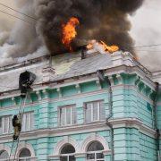 Dedicaţi total: Medicii au terminat o operaţie pe cord deschis, în timp ce spitalul din Rusia în care se aflau era cuprins de flăcări