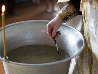 IML: Bebelușul din Suceava nu a murit din cauza botezului! Cum se apără Biserica și ce spun părinții micuțului