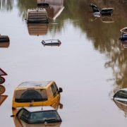 Natura s-a dezlănțuit în România. Case smulse din temelii, oameni salvați în ultima clipă din calea apelor