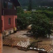 Prăpăd în țară. Inundații după o rupere de nori, trafic blocat pe DN1 la Bușteni