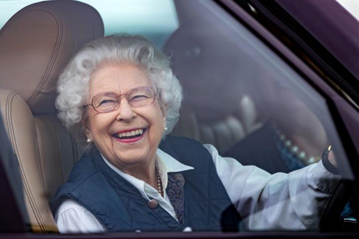 Regina Elisabeta a II-a conduce fără să dețină permis. Cum a fost surprinsă suverana