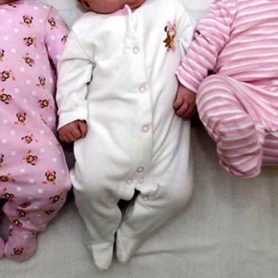 Caz extrem de rar. Și-a dorit un copil și s-a ales cu tripleți perfect identici. Cum îi deosebește
