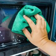 Cum să cureți cuptorul cu microunde, îndepărtând grăsimea întărită