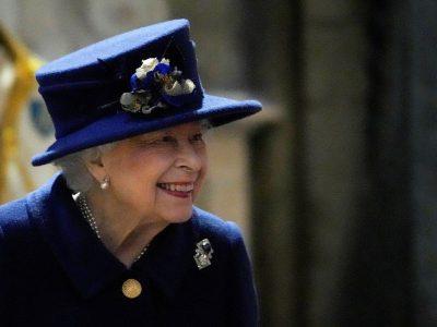 Regina Elisabeta a Marii Britanii şi-a petrecut noaptea în spital